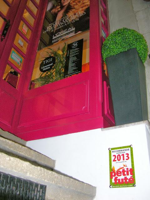 La plaque émaillée du Petit Futé vient d'être installée devant le Studio 54.