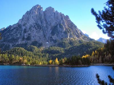 Estany de Sant Maurici i els Encantats a la tardor Pirineu de Lleida