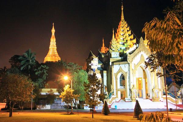 Vista nocturna de la pagoda Shwedagon - Yangon - Myanmar