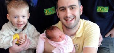 Família comemora nascimento de primeira menina em cem anos