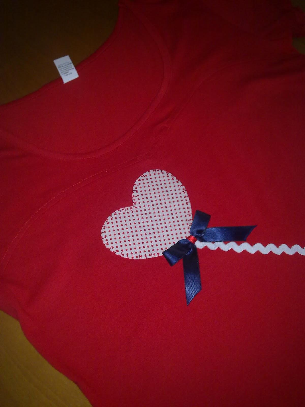 camiseta de mujer  con globo de corazon