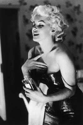 Marilyn Monroe usando o perfume Chanel nº5