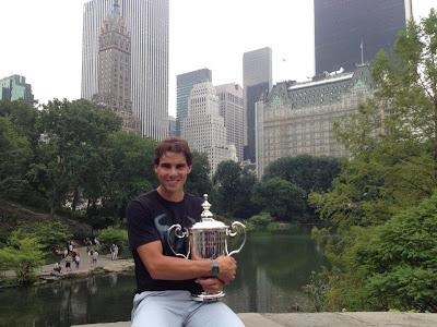 El tenista posa con su segundo trofeo del US Open en Nueva York