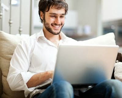 في المواعدة عبر الإنترنت......احترس ان تقع فى هذه الاخطاء  - online dating mistakes man use computer