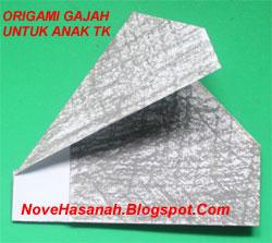 origami gajah ini sangat mudah sekali dan sangat cocok untuk diajarkan kepada anak-anak usia 5 sampai 7 tahun yang masih duduk di taman kanak kanak (TK) dan sekolah dasar (SD) kelas 1. hanya diperlukan 4 kali lipatan saja pada kertas origami