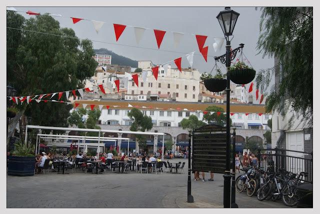 Plaza con banderas
