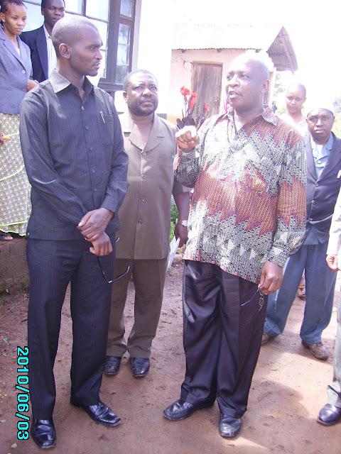 DC Mwanga akipata maelezo toka wa Mwenyekiti wa Halmashauri ya Lushoto