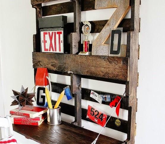 diy un bureau suspendu en bois de palette initiales gg. Black Bedroom Furniture Sets. Home Design Ideas
