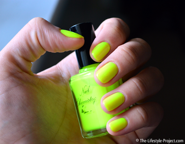 Manicure-neon-yellow