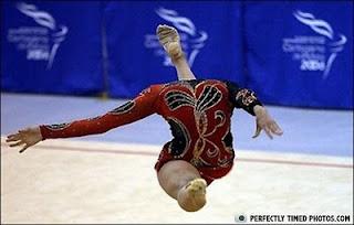 gambar manusia berkepala kaki,gambar aneh kepala orang,Dungdren di Himalaya,gambar atlit gimnastik yang disumpah,kaki menjadi kepala manusia