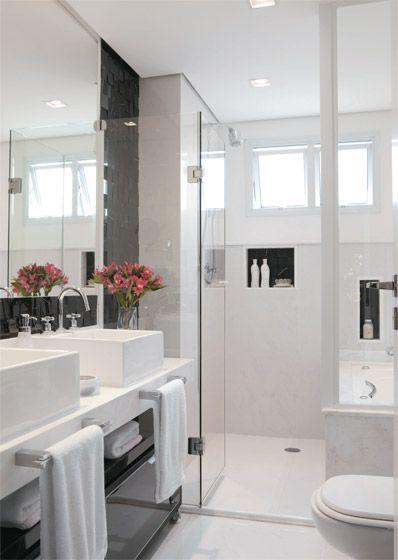 Arranjo com astromélias no banheiro, tão em alta atualmente! Nunca tive desta -> Banheiro Pequeno Decorado De Vermelho