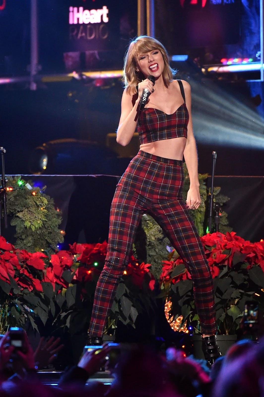 النجمة تايلور سويفت خلال أدائها في Jingle Ball 2014 في نيويورك