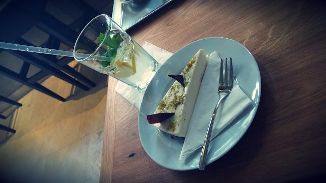 Limonáda a dort v Café Momenta