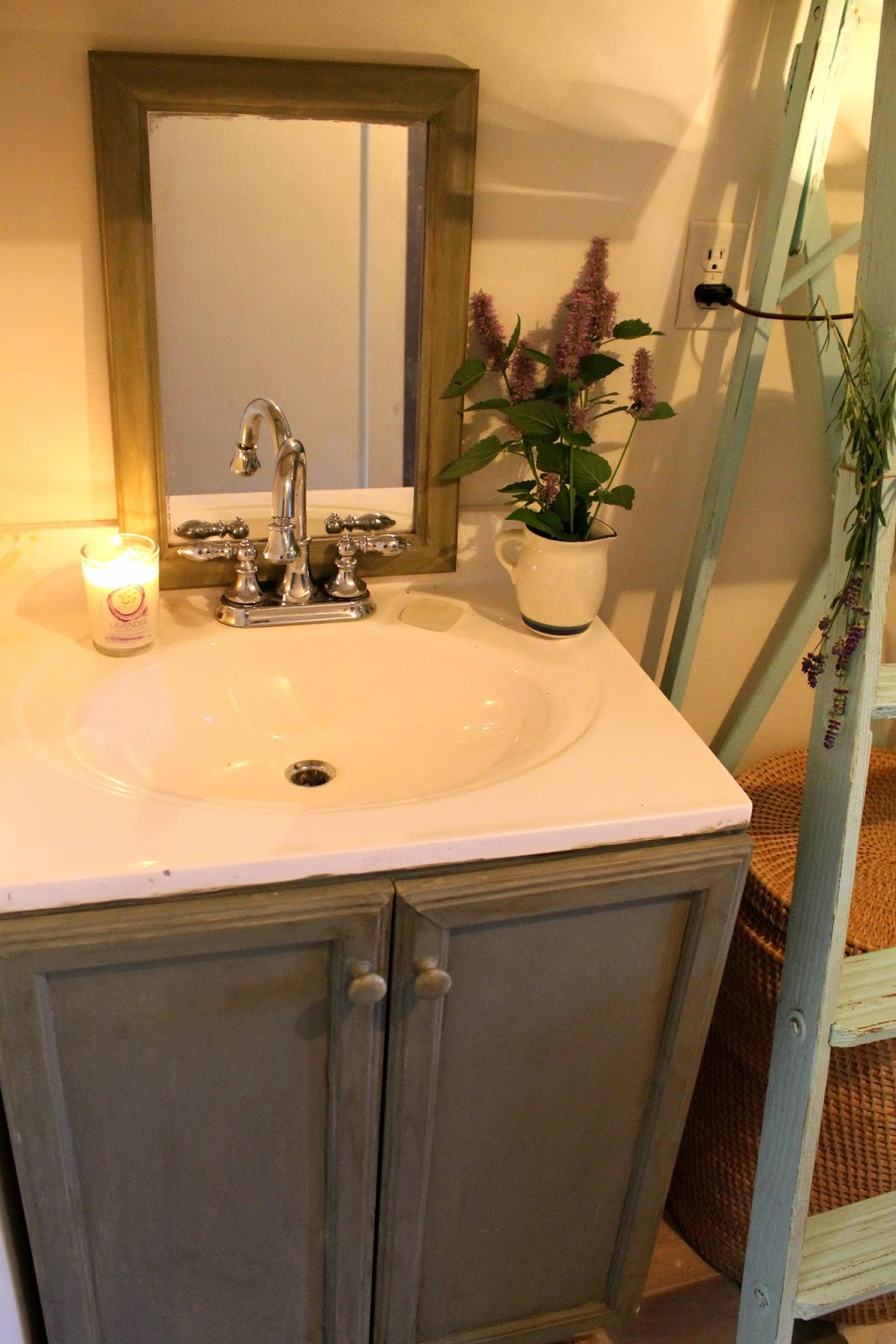 Annie sloan chalk paint bathroom cabinets - Annie Sloan Chalk Paint Cabinet And Floor Small Space Makeover