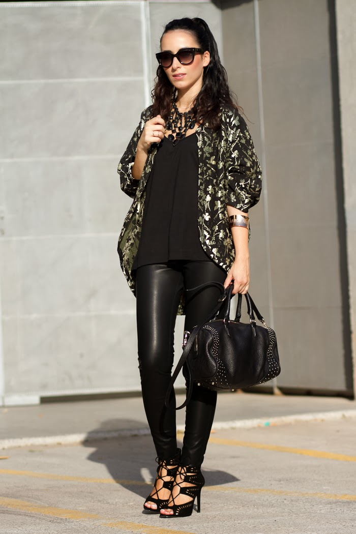 Blogger Withorwithoutshoes con Look estilo rock con kimono de flores y leggins de cuero