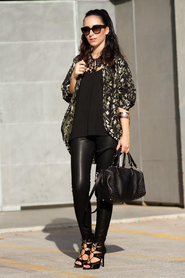 Blogger Withorwithoutshoes con Look estilo rock con kimono de flores y leggins de cuero