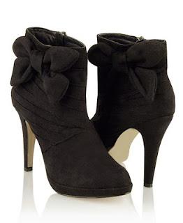 Walaupun sepatu hak tinggi sangat indah jika digunakan, tetapi ketahuilah bahwa sepatu jenis ini mengandung bahaya. Apa-apa saja bahaya tersebut, mari simak artikel ini