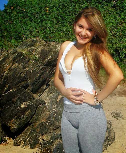 teenager wearing tight pants showing her cunt