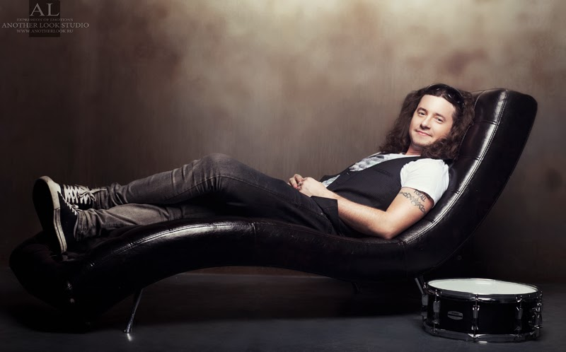 барабанщик на диване