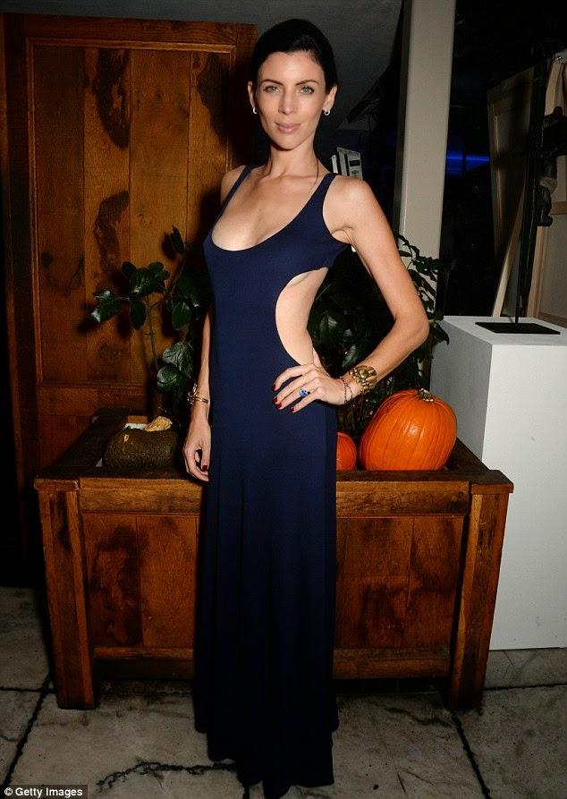 الموديل الانكليزية لبرتي روس في ثوب يكشف ظهرها خلال حفل لجمع التبرعات في لوس انجلوس