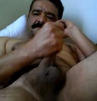 Bigodudo com cara de macho na bronha.