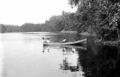 hermanos Pansini en un barco con los pescadores