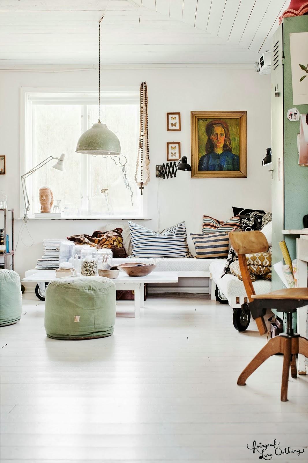 skandynawskie wnętrze, eklektyczne wnętrze, biała podłoga, drewniane krzesło do biurka, białe pufy, meble z palet