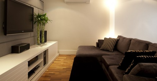 Uma opção bem popular é o sofá com chaise ou um puff do mesmo