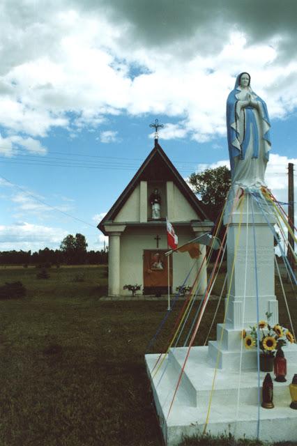 Radoszyce, ul. Konecka, kapliczka św. Rocha po przeprowadzeniu prac konserwatorskich w 2002 r. Fot. KW.