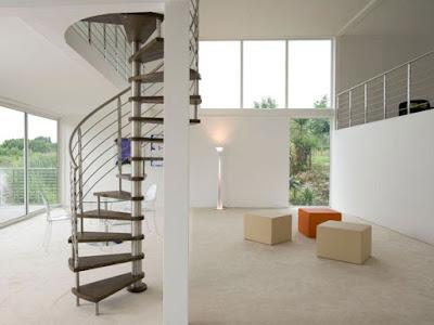 Không gian rộng rãi với mẫu cầu thang xoắn phong cách mới