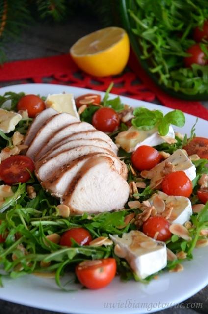 Sałatka z kurczakiem na rukoli z camembertem i pomidorkami
