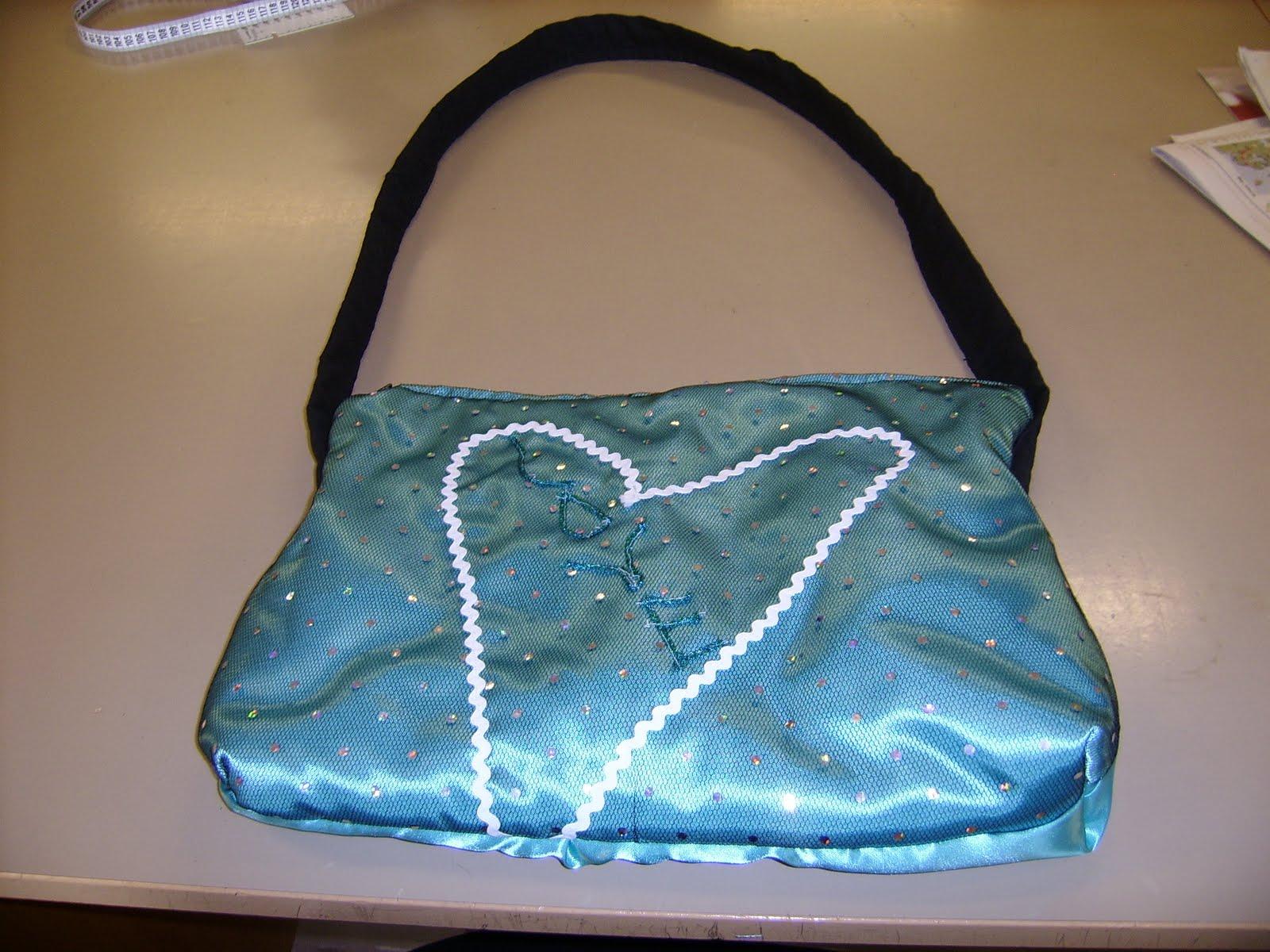 Jag har sytt o designat min egen Laptop väska. Färgen på tyget är coral  blått och med paljett tyg över  ) dbf58038b8871