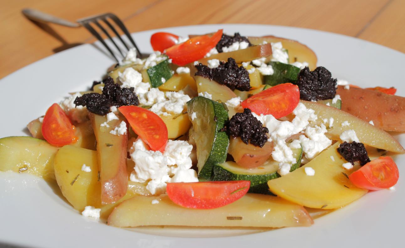 Kartoffelpfanne und schwarze Olivenpaste der Sorte Throumba