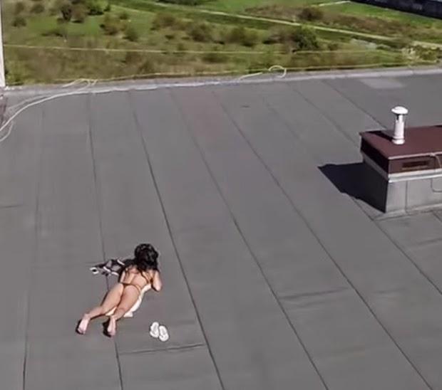 joven espia a mujer desnuda con dron
