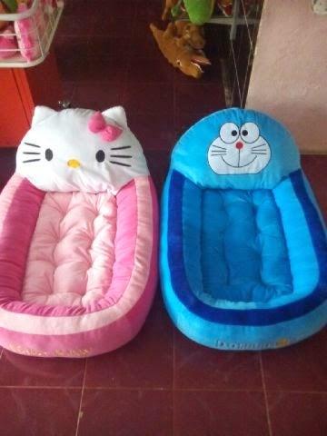 Ini Gambar Kasur Boneka Bayi Lucu Hello Kitty Warna Pink dan Doraemon Biru