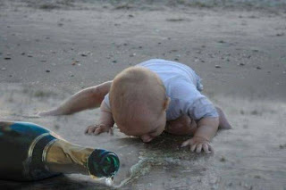 niño bebiendo del suelo