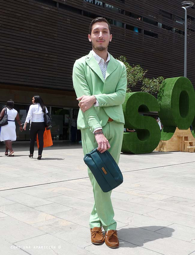 green-suit-polka-dots-shirt-clutch-brown-driver-shoes-men-fashion-street-style-colombiamoda-moda-medellín-como-una-aparición-andrés-escobar