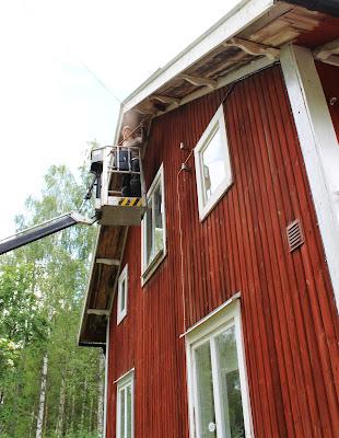 Huset målas om från skylift