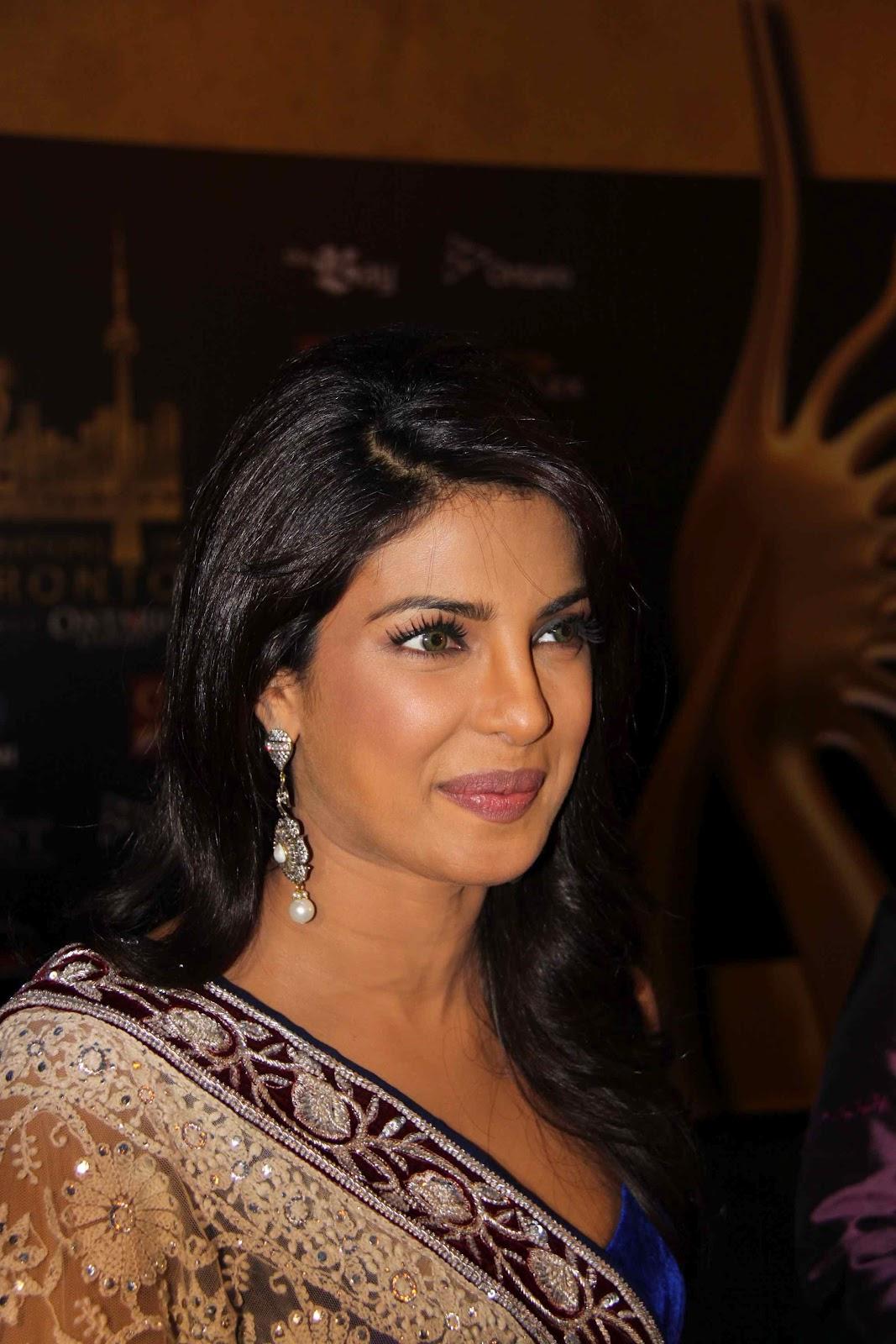 http://1.bp.blogspot.com/-QfPcR4Do2R0/UCHVDxnxVCI/AAAAAAAAA8E/tMJFfdYyzYk/s1600/Priyanka-Chopra-at-IIFA-Awards-2011-3.jpg