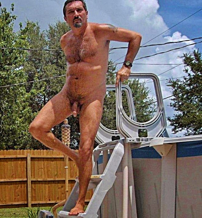 image Exhibicionista maduro muestra su cuerpo desnudo cerca de la autopista