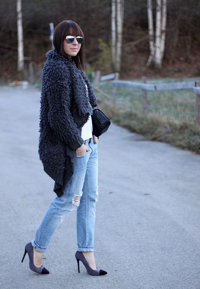 outfit-trend-fashionblogger-who-is-mocca-hut-kombinieren-boyfriend-jeans-oasap-cardigan-fluffy-oversize-pumps