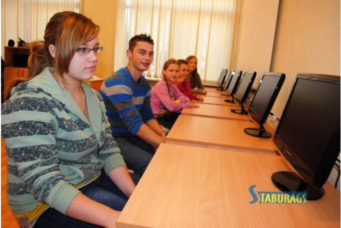 Jaunie datori skolēniem , vecie - skolotājiem