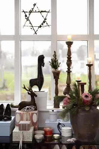 Ozdoby świąteczne przy oknie