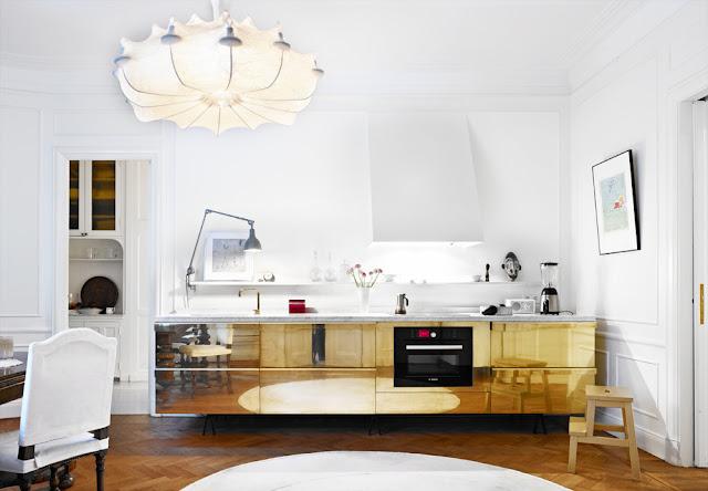 Selbermachen-Küchen-Tipp von Skona Hem: polierte Messing-Folie auf Küchenblock