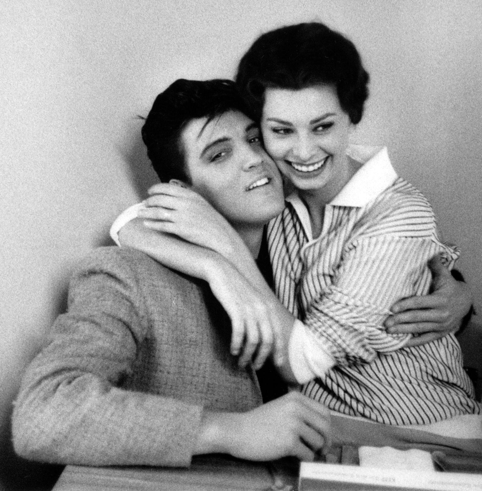 http://1.bp.blogspot.com/-QjWo4WYiKD4/TpDyo_5LSzI/AAAAAAAALT0/0H2lA0Mx7A0/s1600/Elvis-Presley-and-Sophia-Loren-1958.jpg