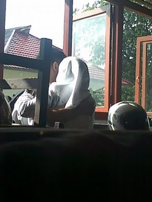 foto-menarik.blogspot.com - Foto Mesum ABG Berjilbab Di Dalam Kelas