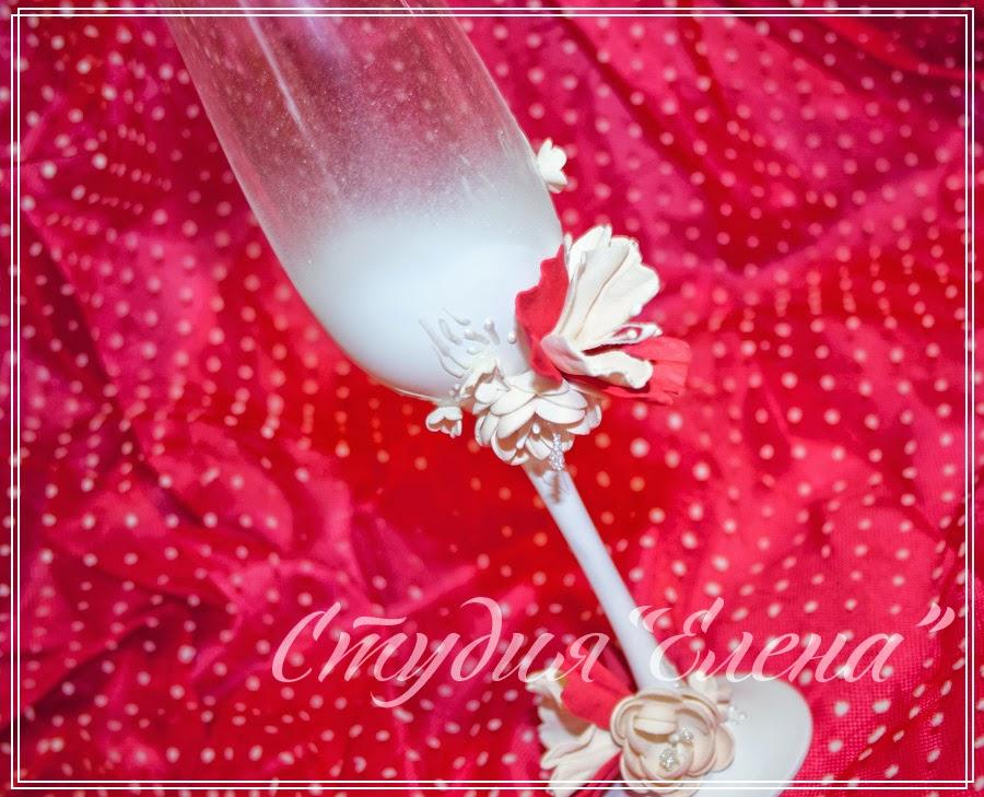 свадебные аксессуары сделанные в бело-красной гамме.