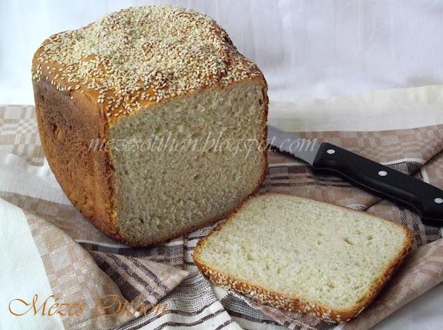 fehér kenyér kenyérsütőgépben szezámmaggal