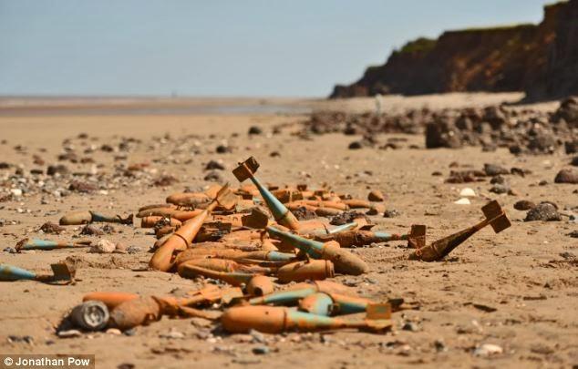 Images de bombes sur la plages après une tempête en Angleterre