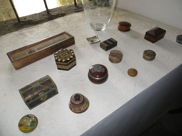 Foto de Caixinhas embutidas redondas e quadradas em parapeito de janela da Ilha Terceira